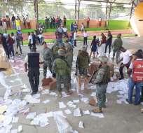 TULULBÍ, Esmeraldas.- En videos divulgados en Twitter se observa a ciudadanos arrojar urnas en el recinto. Foto: @GersonBarcia.