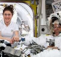 Christina Koch (izq) usará el traje espacial de tamaño mediano que utilizó Anne McClain (der) la semana pasada.