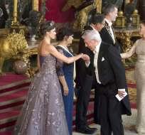 MADRID, España.- La reina Letizia de España, a la izquierda, saluda al escritor peruano Mario Vargas Llosa. Foto: AP.