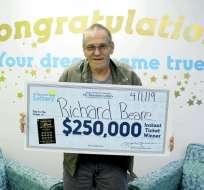 CAROLINA DEL NORTE, EE.UU.- Richard Beare sostiene un cheque tras ganar 250.000 dólares en la lotería. Foto: AP.