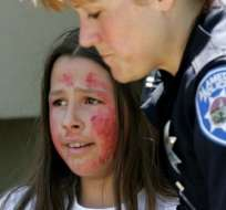 """Oficial atiende a estudiante voluntaria que actúa como víctima durante un simulacro de """"tirador activo"""" en EEUU. Getty Images"""