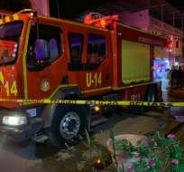 GUAYAQUIL, Ecuador.- Los bomberos lograron evacuar a 3 personas que resultaron heridas. Foto: Christian Villacrés