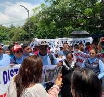 GUAYAQUIL, Ecuador.- Según sus voceros, piden reintegrar a 1.500 de 2.500 servidores separados en marzo. Foto: Ecuavisa