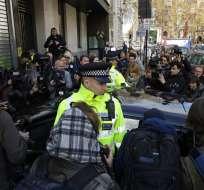 Juez declara culpable a Assange por violar libertad condicional. Foto: AP
