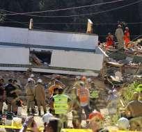 La caída de los 2 inmuebles también provocó heridas a 10 personas. Foto: AP