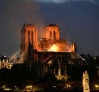 Se cae la emblemática aguja de la catedral Notre Dame. Foto: AFP
