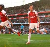 Aubameyang y Ozil (derecha) celebran el gol del Arsenal.