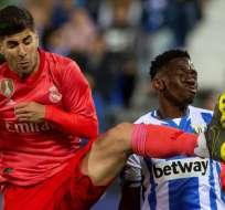 Jugadores del Madrid y Leganés disputan un balón.