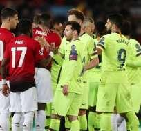Messi y sus compañeros saludan a los del United.