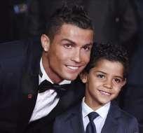 Cristiano Ronaldo junto a su hijo mayor.