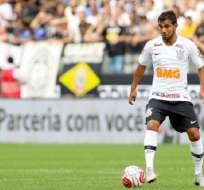 Junior Sornoza, en pleno duelo con el Corinthians.
