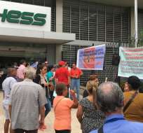 En Guayaquil, un grupo de jubilados se tomó simbólicamente la Caja del Seguro. Foto: César Velasteguí