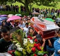 COLOMBIA.-  Familiares y amigos cargan ataúdes durante el funeral colectivo de las víctimas del deslizamiento. Foto: AFP