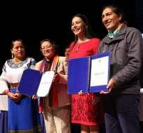 También se entregó el documento que avala los resultados de la Consulta Popular. Foto: CNE Azuay
