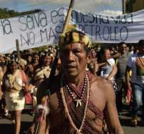 PUYO, Ecuador.- Los indígenas que habitan en la selva amazónica se concentraron en los exteriores del tribunal. Foto: AFP