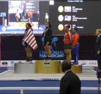 Dajomes durante el himno de Ecuador en la premiación.