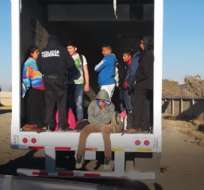 Varios migrantes que han regresado al país, detallan que el recorrido lo realizan vía terrestre, alternado buses y camiones. AFP