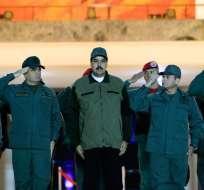 VENEZUELA.- Nicolás Maduro y el alto mando aparecieron al amanecer con unos 4.500 soldados en un acto. Foto: AFP