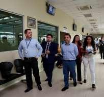 El presidente del IESS, Paúl Granda, recorre las instalaciones de un hospital en Santo Domingo. Foto: IESS Ec