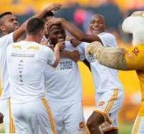 Enner Valencia felicitado por sus compañeros.