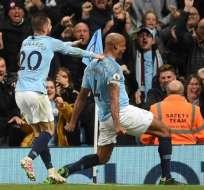 Kompany, celebra ante el Leicester