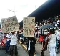 Por algunas ocasiones decenas de personas hacían plantones en las calles de Quito exigiendo la captura del sujeto.