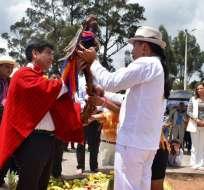 """QUITO, Ecuador.- Un representante de la Fenocin entrega a Yunda el """"bastón sagrado de dignidad"""". Foto:"""