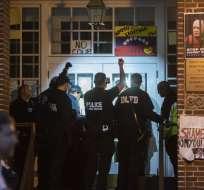 WASHINGTON, EE.UU.- La policía está apostada en la puerta con linternas para proceder a abrirla. Foto: AFP