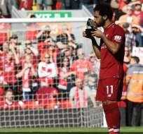 Salah mientras recibía el trofeo a goleador.