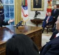 El presidente de Estados Unidos, Donald Trump, con el principal funcionario de comercio de China.