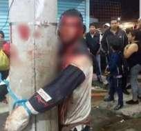 Los comerciantes atraparon al sospechoso y lo amarraron a un poste. Foto: Captura