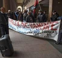 Empleados de MontevideoGas realizan huelga por despidos. Foto: AFP