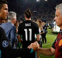 CR7 saludando a José Mourinho.