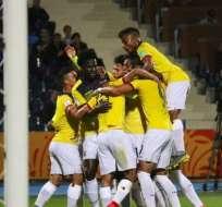 Jugadores de la selección ecuatoriana sub 20, celebrando un gol.
