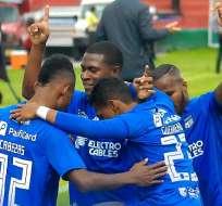 Jugadores de Emelec celebran de rodillas uno de los goles. Foto: Twitter Emelec.