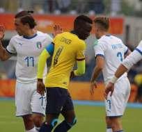 Jugador ecuatoriano libra la marca de los italianos. Foto: Twitter FEF.