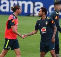 Filipe Luis, (izquierda), junto a Neymar en una práctica de Brasil.