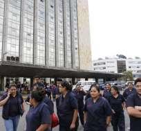 QUITO, Ecuador.- Los temblores provocaron la evacuación de los habitantes y trabajadores de oficinas. Foto: API