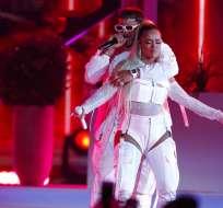 Anuel AA, a la izquierda, y Karol G cantan juntos en la ceremonia de los Premios Billboard en abril del 2019. Foto: AP