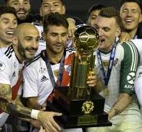 Jugadores de River con el trofeo de la Recopa.