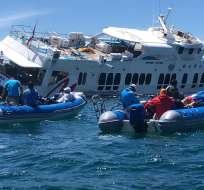 Armada rescató a tripulación y pasajeros tras encallamiento de buque en isla Santiago. Foto: Cortesía