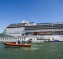 Embarcación chocó contra muelle y un barco de turismo. Foto: AFP
