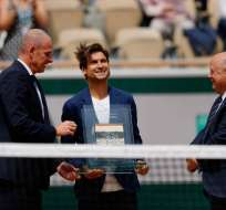 Al tenista español, que se retiró el mes pasado, se le entregó un trofeo. Foto: THOMAS SAMSON / AFP