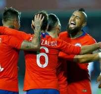 Jugadores de la selección chilena celebran su triunfo.