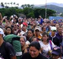 Venezolanos con sus documentos de identidad se aprestan a cruzar el puente internacional Simón Bolívar a Cúcuta. Foto: AP