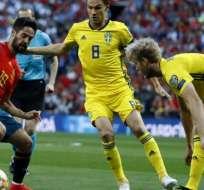 El español Isco ante la marca de dos suecos.