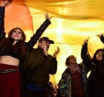 QUITO, Ecuador.- Decenas de personas se reunieron en las calles de la capital para celebrar el fallo de la C. Constitucional.