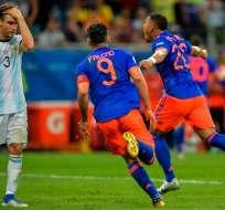 Colombia festeja ante el lamento de un jugador argentino.