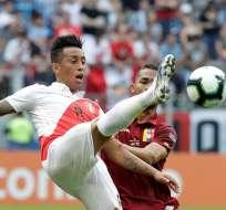 Jugadores de Perú y Venezuela disputan un balón.