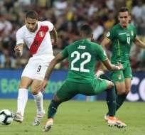 Paolo Guerrero de Perú ante la marca de un boliviano. Foto: Twitter Selección Perú